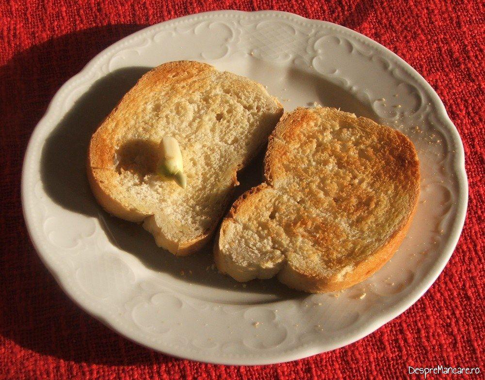 Paine prajita frecata cu usturoi pentru ficat de vitel la gratar cu paine prajita si branza cu mucegai.