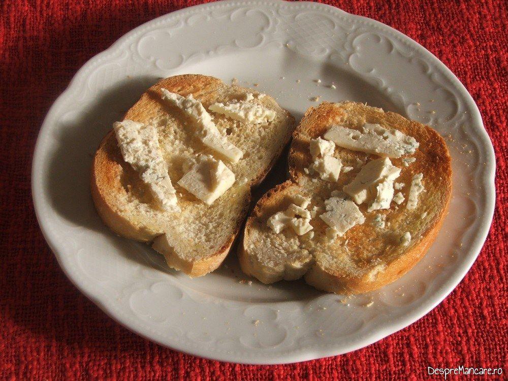 Felii de paine prajita cu branza cu mucegai pentru ficat de vitel la gratar cu paine prajita si branza cu mucegai.