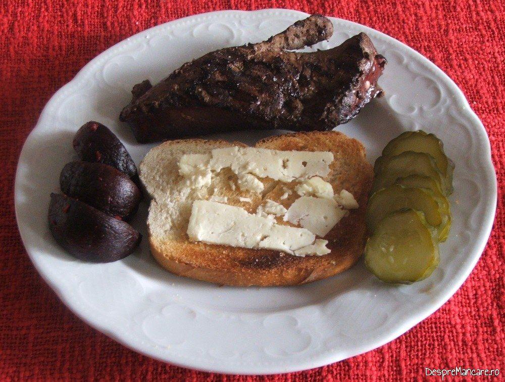 Servire ficat de vitel la gratar cu paine prajita si branza cu mucegai.