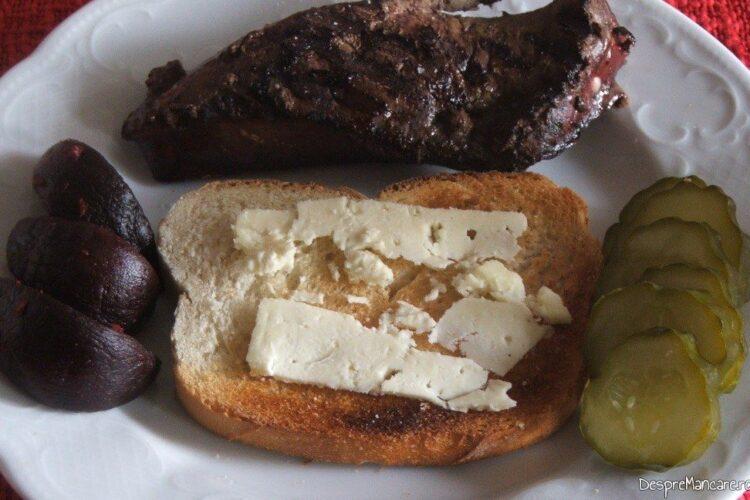 Ficat de vitel la gratar cu paine prajita si branza cu mucegai.