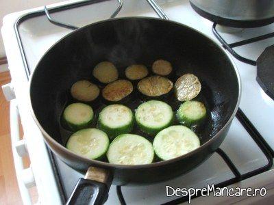 Prajire rondele de legume in ulei de masline.