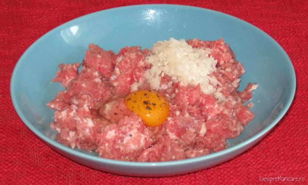 Ingrediente pentru umplutura la ciorba de dovlecei umpluti cu carne tocata.