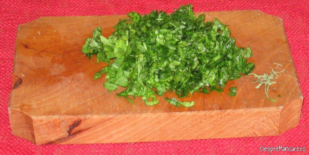 Verdeata tocata marunt pentru ciorba de dovlecei umpluti cu carne tocata.