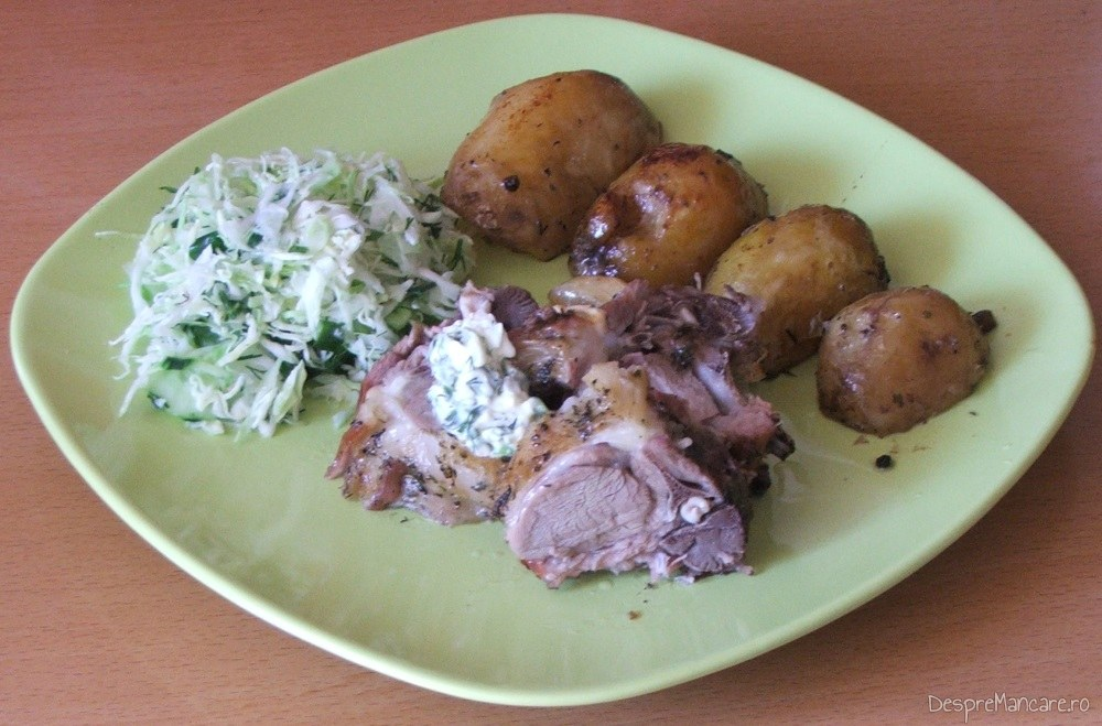 Servire cotlet de ied cu cartofi, la cuptor, pe farfurie incalzita.