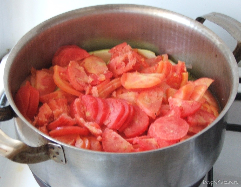 Strat de rosii feliate pus peste dovlcei pentru mancare de dovlecei.