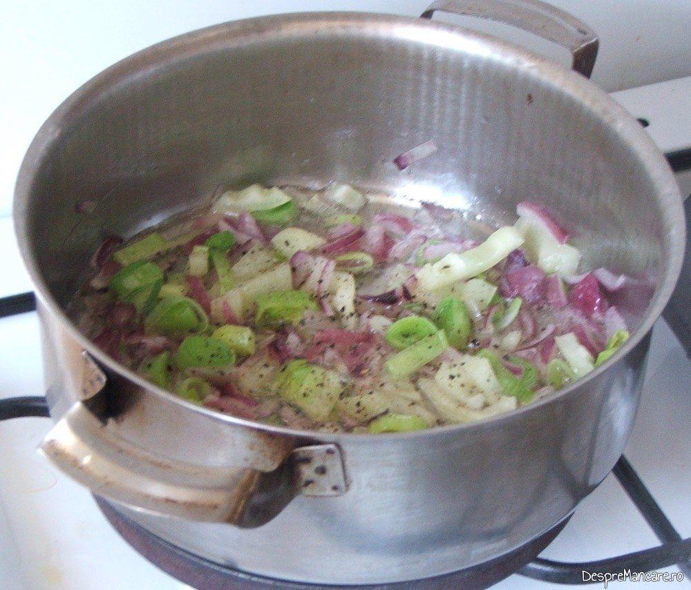 Calirea ceapa, ardei si usturoi in ulei de masline pentru mancare de dovlecei.