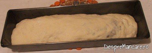 Aluat de paine umplut cu porcarele si branza de oaie, asezat in tava de copt.