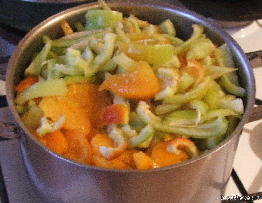 Legume taiate mare puse in vasul de fiert pentru amestec de rosii si ardei gras, capia, gogosari pentru iarna.