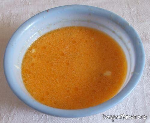 Oua batute amestecate cu smantana grasa si zeama de ciorba pregatite pentru adaugat in cirba de legume, de vara.