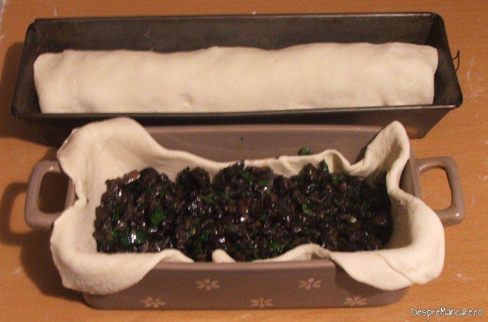 Placinta cu ciuperci pregatita pentru coacere.