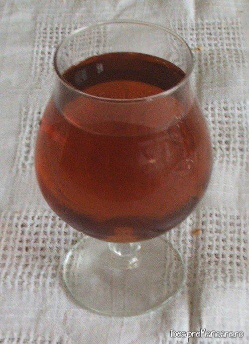 Vinul casei din smochine servit la coaste de porc la cuptor cu piure' de legume.