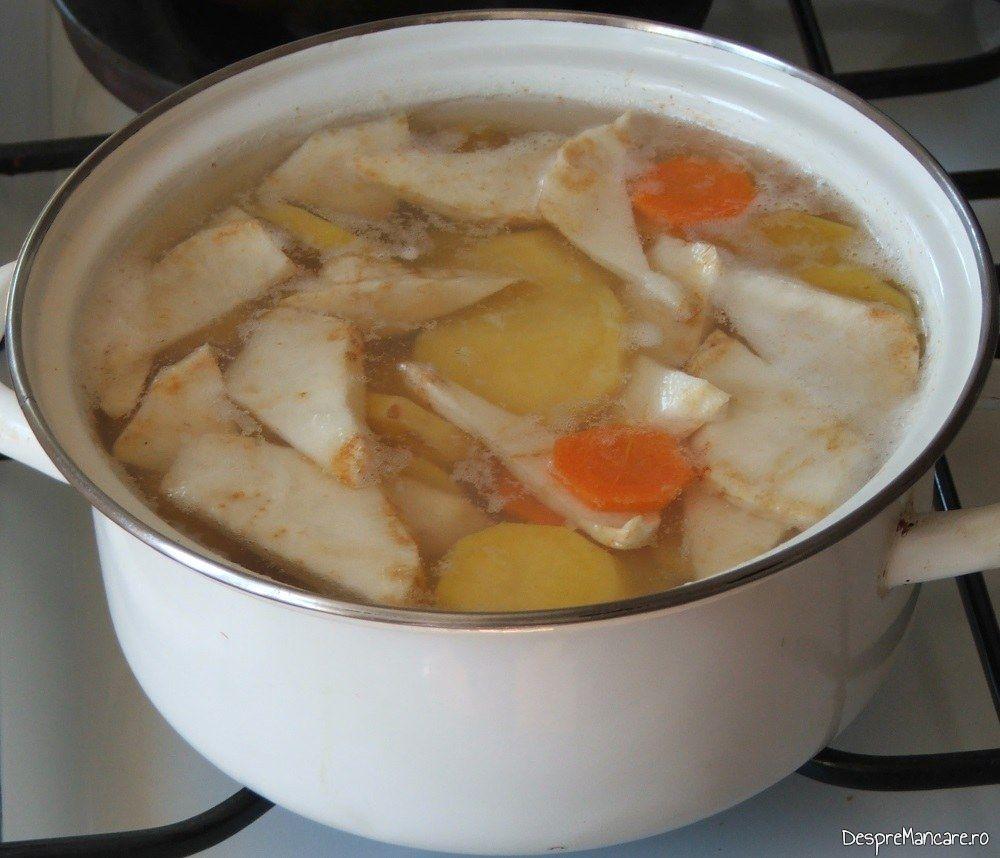 Radacinoase puse la fiert pentru piure de legume servit cu coastele de porc pregatite la cuptor.