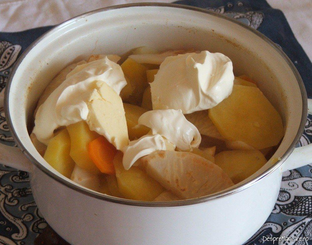 Legume fierte, unt proaspat, smantana grasa, lapte dulce si sare grunjoasa, ingrediente pentru piure' servit la coaste de porc pregatite la cuptor.