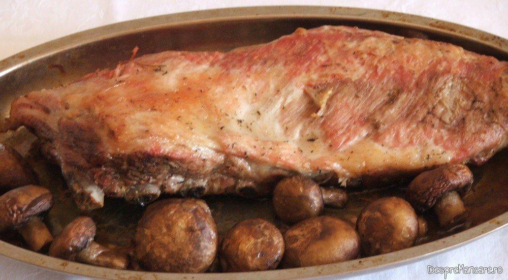 Coaste de porc la cuptor si ciuperci, scoase calde din cuptorul aragazului.