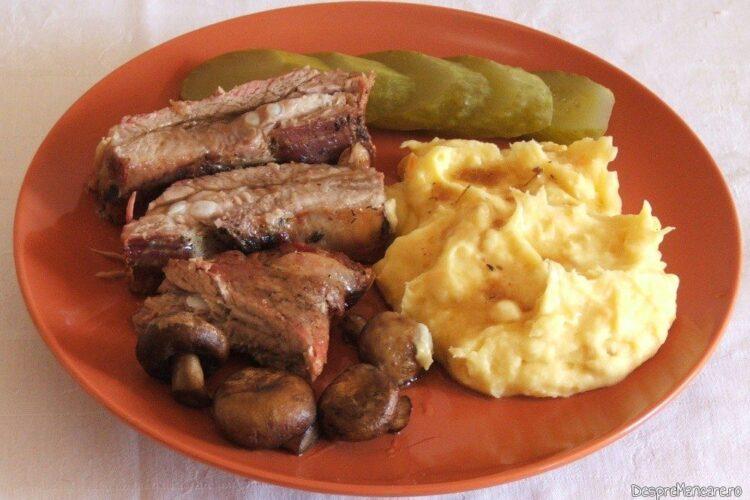 Coaste de porc la cuptor cu piure de legume, ciuperci si castraveti murati.