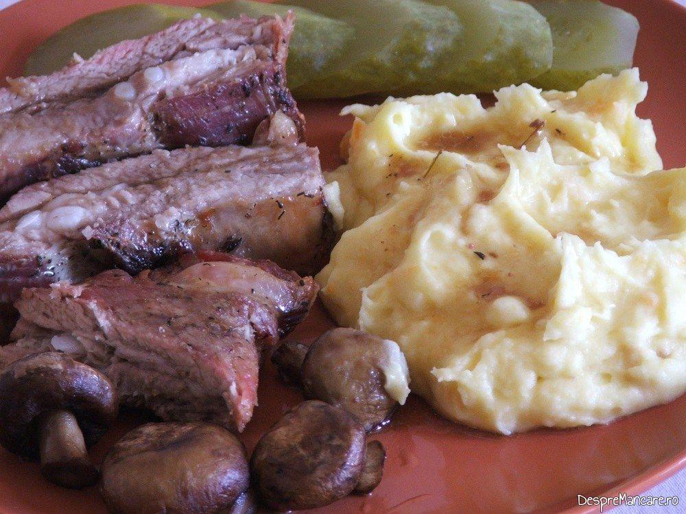 Coaste de porc la cuptor cu piure de legume.