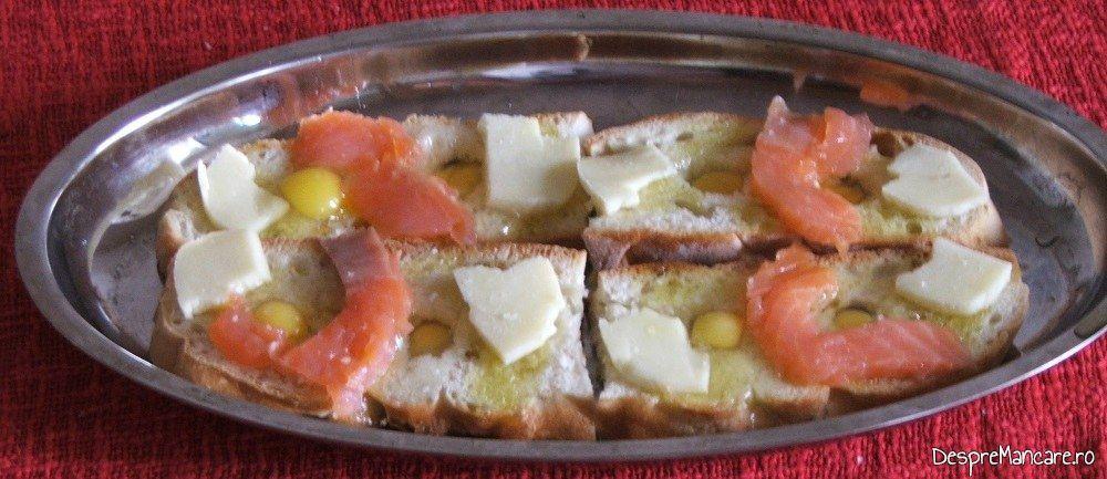 Ingrediente asezate in tava de copt pentru mic dejun cald cu oua de prepelita, somon si branza de capra.