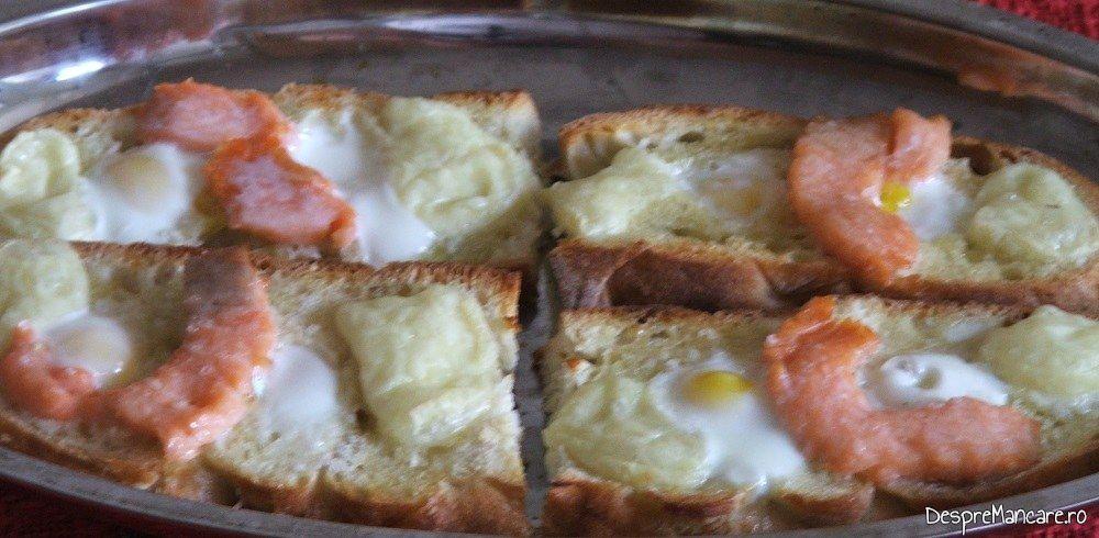 Micul dejun cald cu oua de prepelita, somon si branza de capra este gata pentru a fi servit.