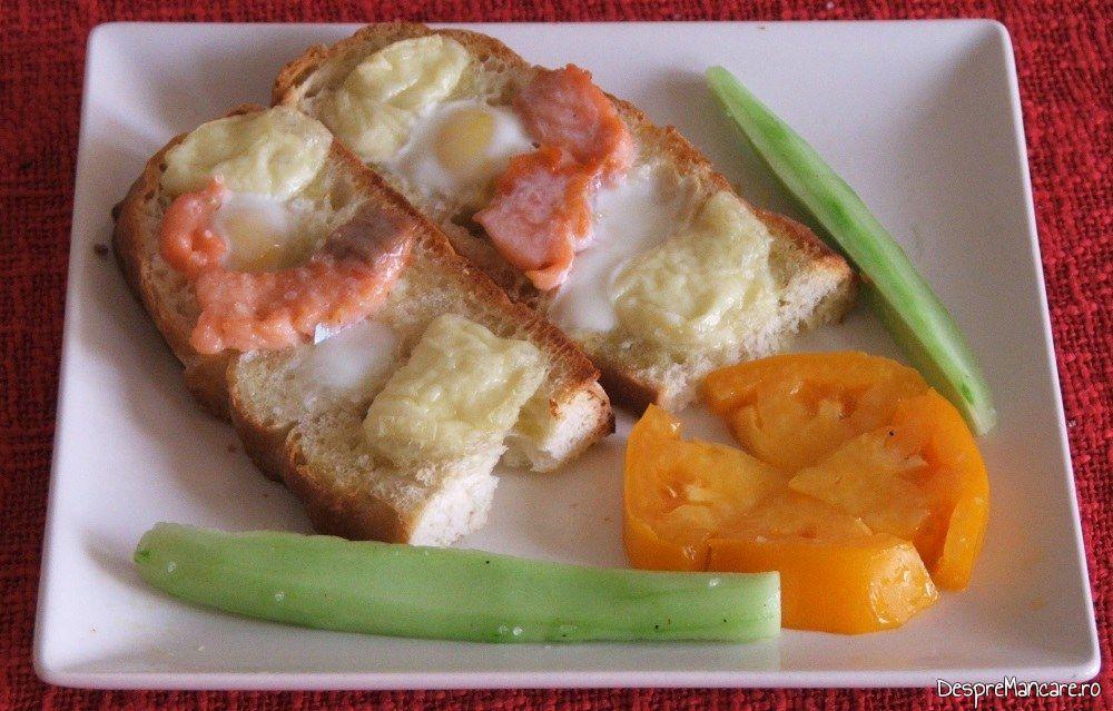 Servire mic dejun cald cu oua de prepelita, somon si branza de capra.