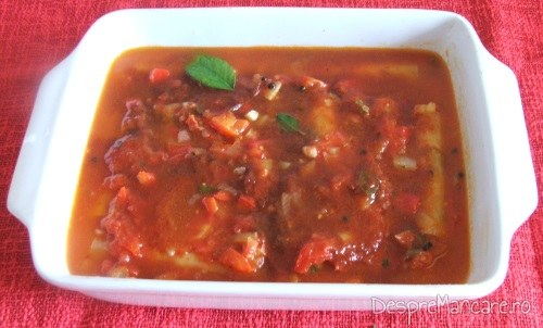 Paste cannelloni umplute cu carne tocata de curcan gata pregatite in vasul de copt pentru coacere.