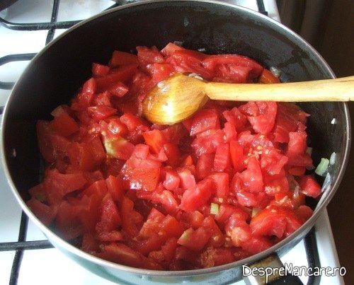 Pregatire sos de rosii pentru paste cannelloni umplute cu carne tocata de curcan.