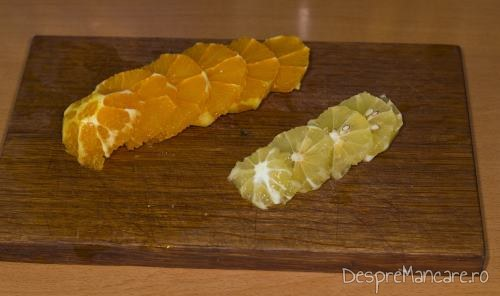 Lamai si portocale decojite, taiate felii care se pun in interiorul pestelui pentru somon la cuptor cu sos de praz si smantana.