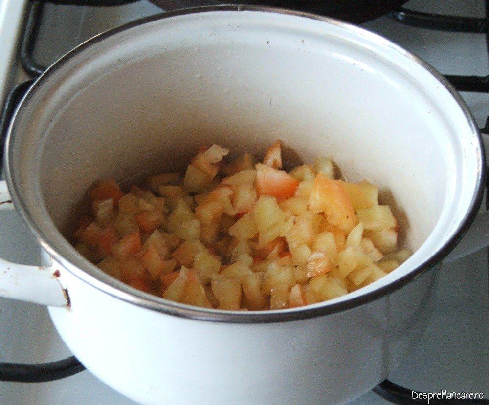 Intr-o cratita, se caleste ceapa tocata marunt si ardei gras taiat cuburi pentru pregatire sos la cannelloni umplute cu ciuperci in sos de rosii.