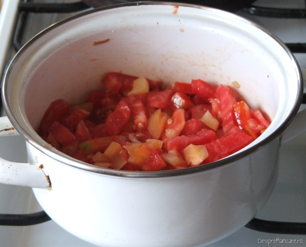 Pregatire sos de rosii pentru cannelloni umplute cu ciuperci in sos de rosii.