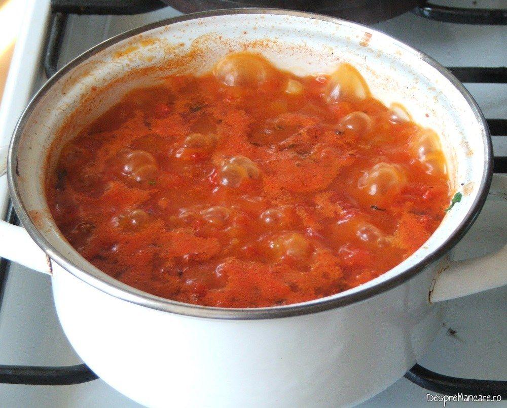 Sos de rosii gata pregatit pentru cannelloni umplute cu ciuperci in sos de rosii.