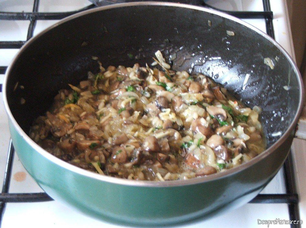 In umplutura pregatita pentru cannelloni umplute cu ciuperci in sos de rosii se adauga verdeata.