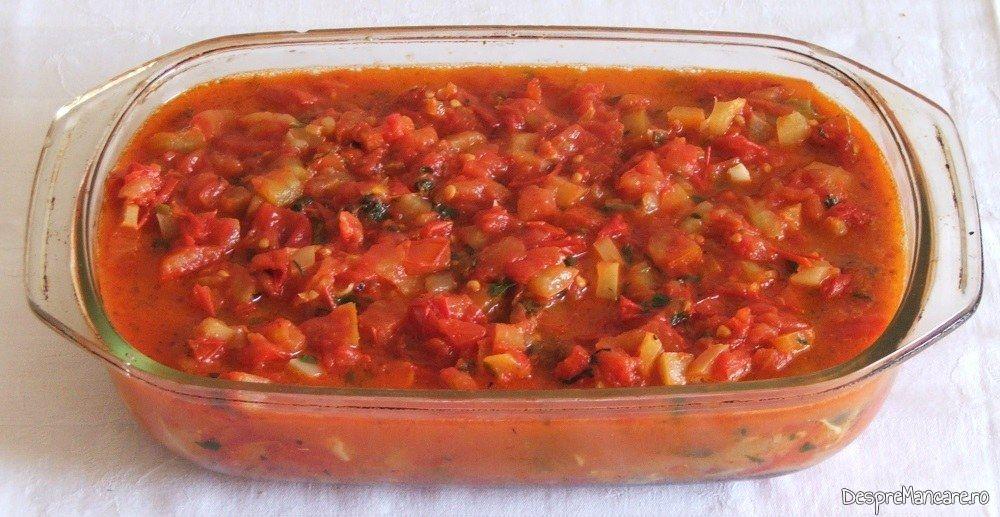 Tuburi de cannelloni umplute cu ciuperci in sos de rosii pregatite pentru a fi introduse in cuptorul aragazului.