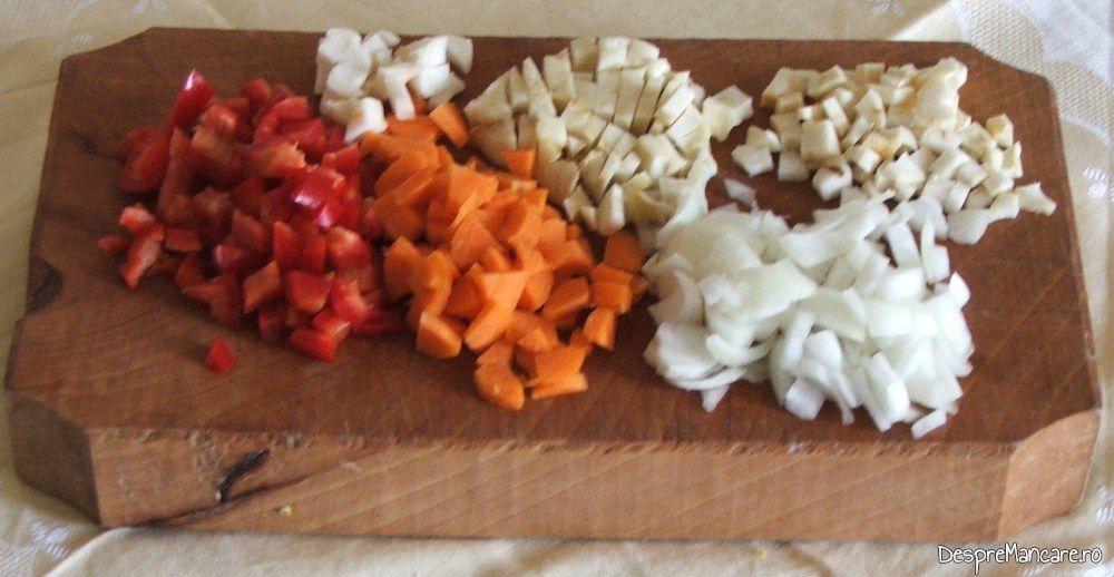 Radacinoase tocate la cutit si ceapa rondele pentru ciorba din gat de oaie.