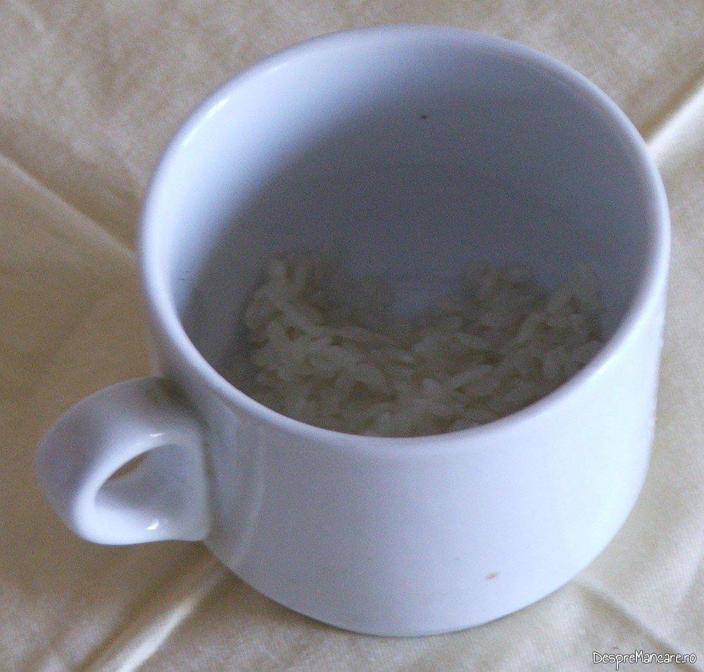 Orez spalat sun cateva jeturi de apa rece pentru adaugare in ciorba din gat de oaie.