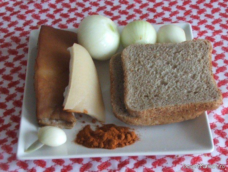 Ingrediente pentru paine prajita cu sunca, ceapa si boia.