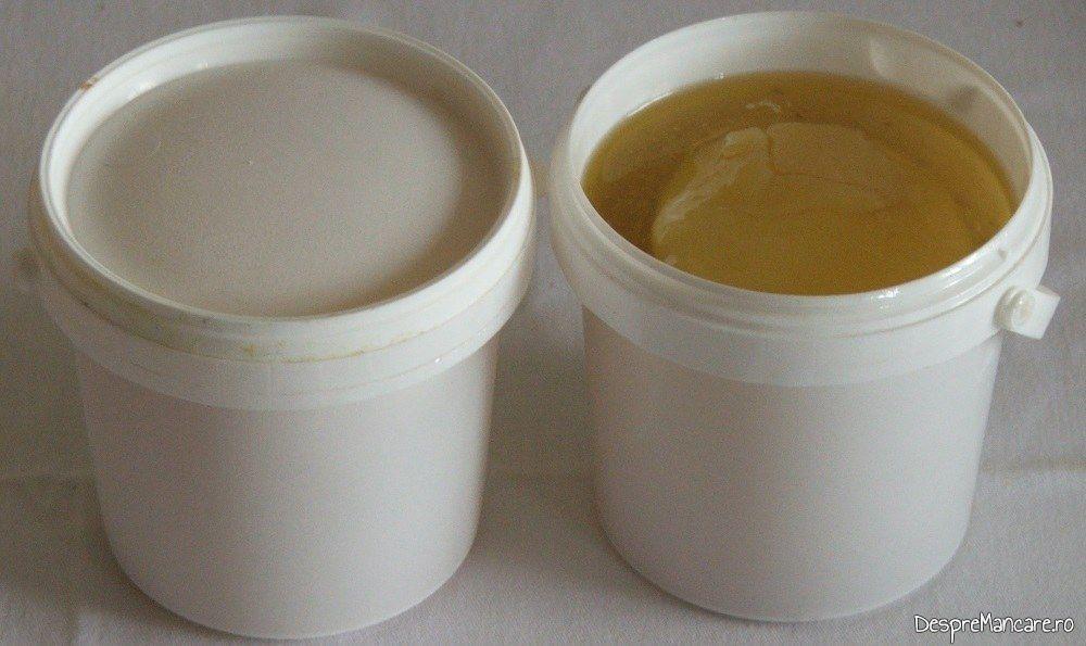 Lichid cu grasime de pasare pus in caserole pentru congelare.