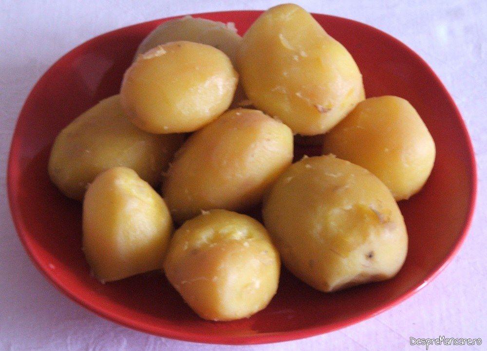 Cartofi gata fierti pentru rasol din gaina de curte.