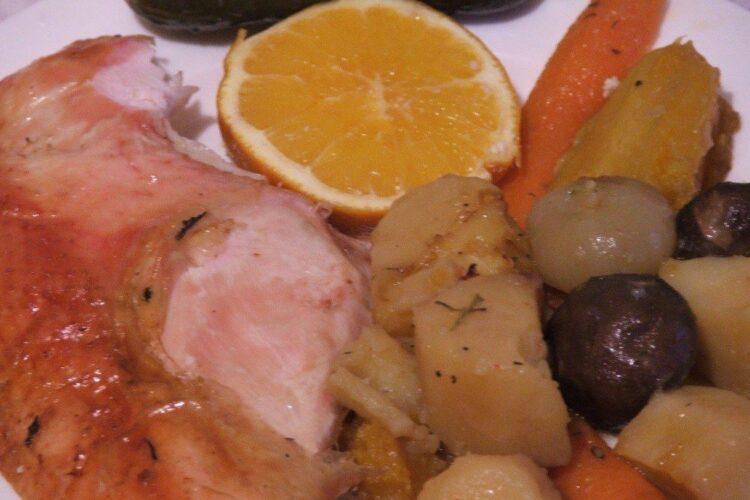 Felie de curcan copt in tava, servita cu legume calde si sos de la friptura.