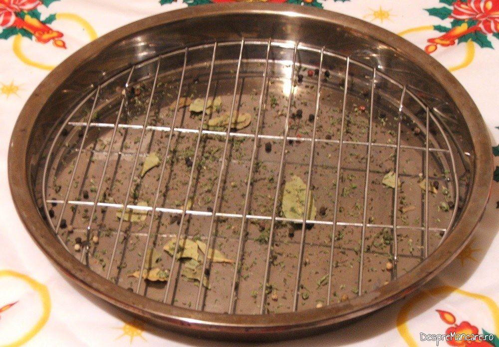 Tava de copt, din inox, cu gratar interior, in care s-au pus condimente, pregatita pentru coacere curcanul de Craciun 1.