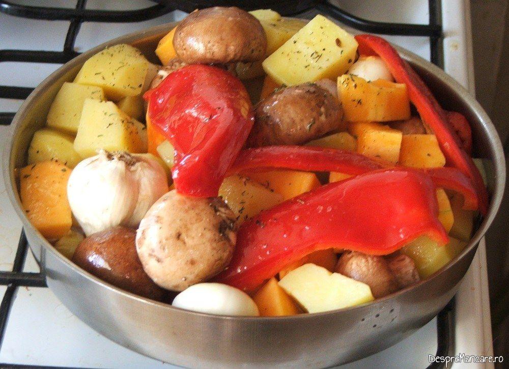 Legume si ciuperci pregatite pentru coacere ca garnitura la curcanul de Craciun 1.