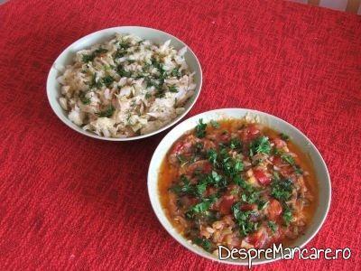 Salata de varza murata servita impreuna cu fasolea batuta cu ceapa prajita.