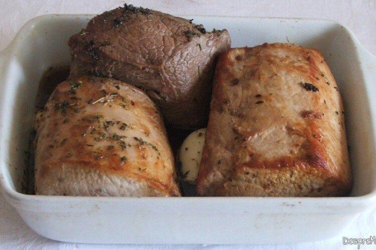 Bucati de muschi de porc si spata de vitel, bine perpelite si asezonate cu condimente, asezate in vasul de copt.