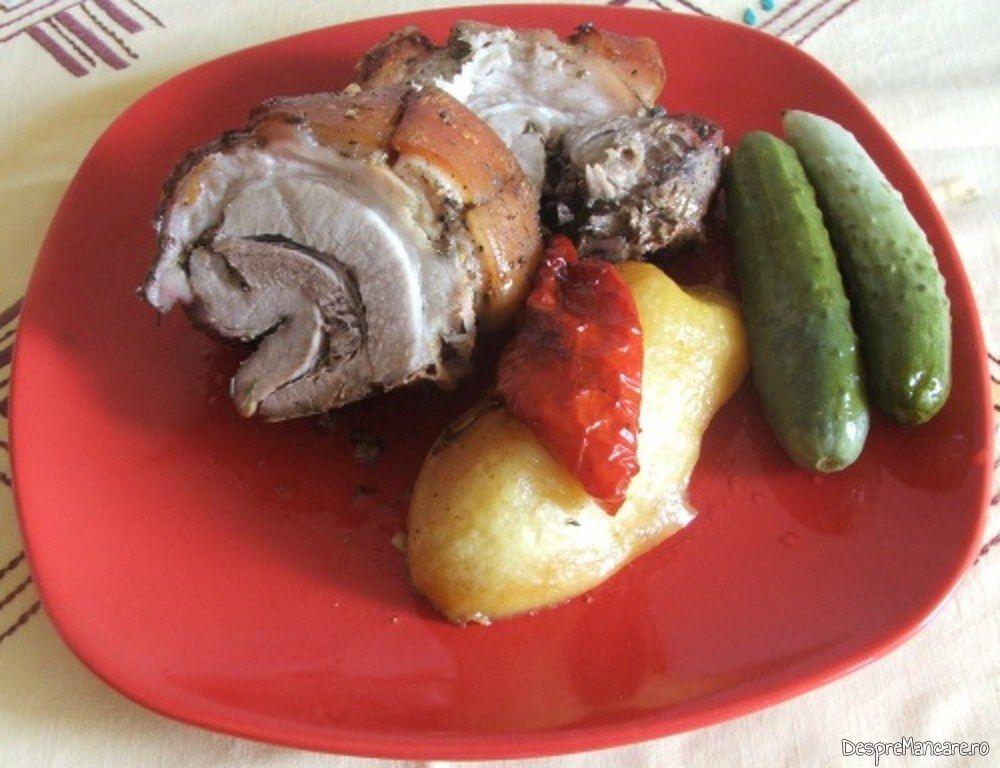 Rulada din fleica de porc cu sorici si ficatei de curcan servita cu legume si castraveti in otet.