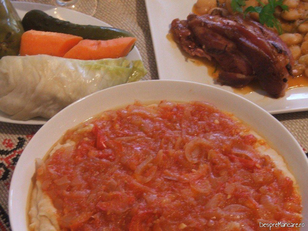 Meniu din ciolan de porc si fasole boabe servita la sarbatoarea nationala de 1 Decembrie.