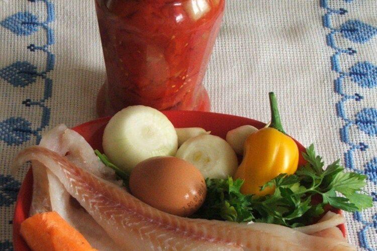 Ingrediente pentru paste cannelloni umplute cu peste, in sos de rosii.