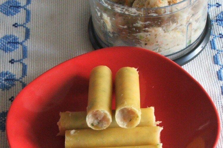 Umplere tuburi de cannelloni cu peste maruntit pentru paste cannelloni umplute cu peste, in sos de rosii.