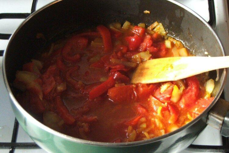 Pregatire sos de rosii pentru paste cannelloni umplute cu peste, in sos de rosii.