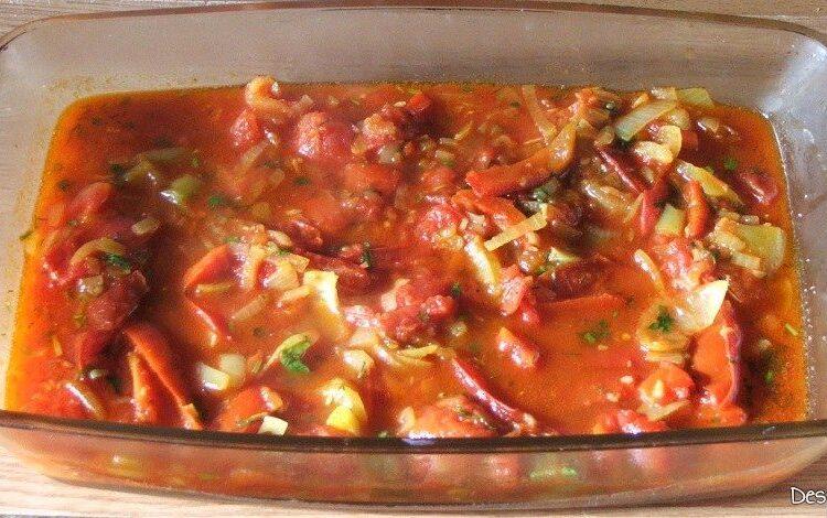 Sos de rosii pus in vas termorezistent pentru paste cannelloni umplute cu peste, in sos de rosii.