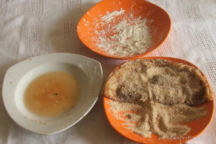 Pliculete din foi de clatite tavalite prin pesmet, pregatite pentru prajire in ulei de masline.