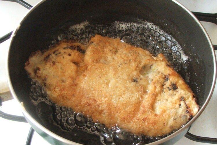 Pane'-uri din clatite umplute cu carne si cas afumat in timpul prajirii in ulei de masline.