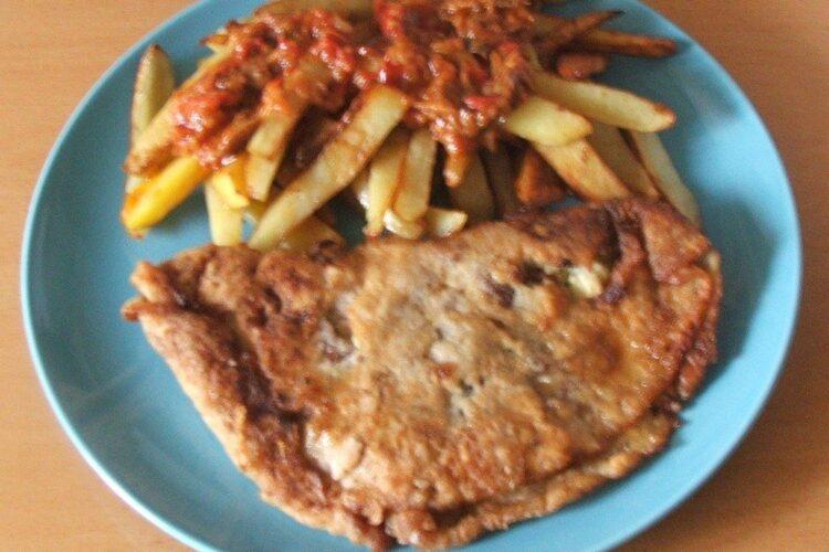 Pane'-uri din clatite umplute cu carne si cas afumat cu garnitura de cartofi prajiti, servite la pranz.